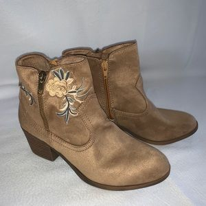 NWOT Rock & Candy Loraina Embroidered boots sz 7.5